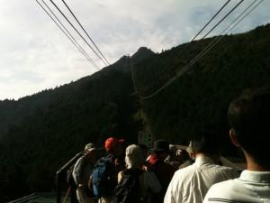 ロープウェイで女体山頂を目指す。