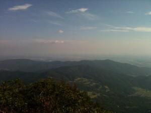 女体山から左側に霞ヶ浦がうっすら見える。